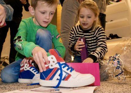 Prijsuitreiking zelf ontworpen schoenen
